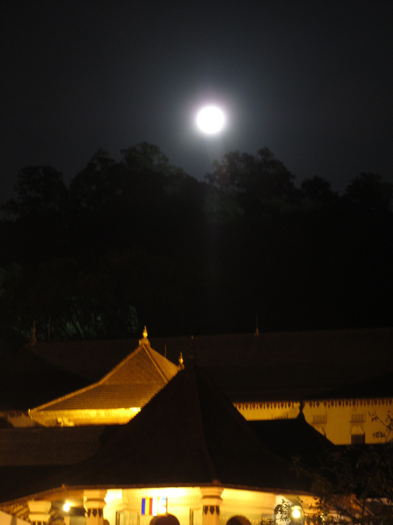 kandy-temppeli-ja-kuu